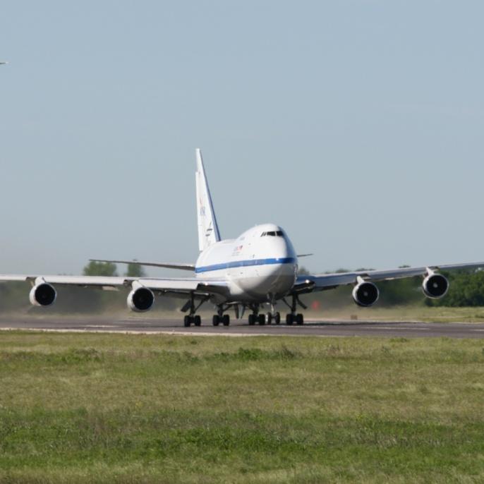Erstflug am 26.04.2007: SOFIA beim Beschleunigen mit dem Begleitflugzeug der NASA