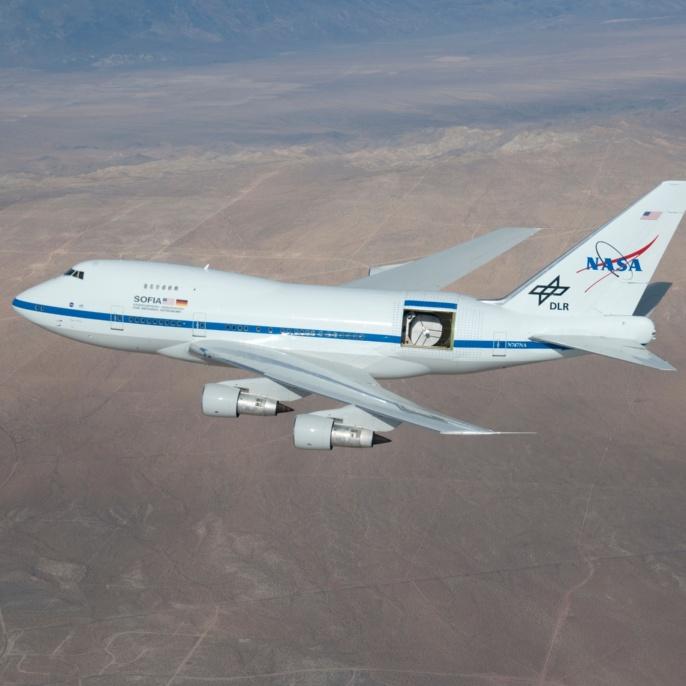 14. Dezember 2009: SOFIA mit geöffneter Teleskoptür in einer Flughöhe von etwa fünf km über der Mojave-Wüste (Kalifornien)