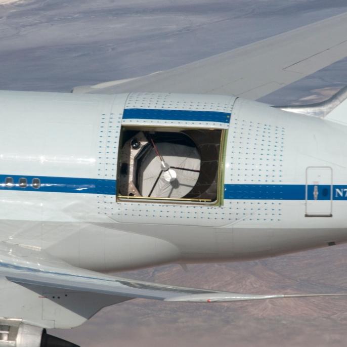 14. Dezember 2009: Großaufnahme der geöffneten Teleskoptür. Der 2,7 m große Hauptspiegel des Teleskops ist durch eine stabile Textilplane vor den Sonnenstrahlen geschützt.