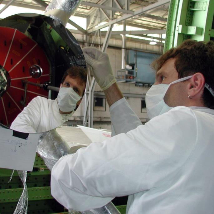 Der Sekundär-Spiegel wird durch Personal der Firma Kayser-Threde im Flugzeug an das SOFIA Teleskop montiert und optisch justiert.