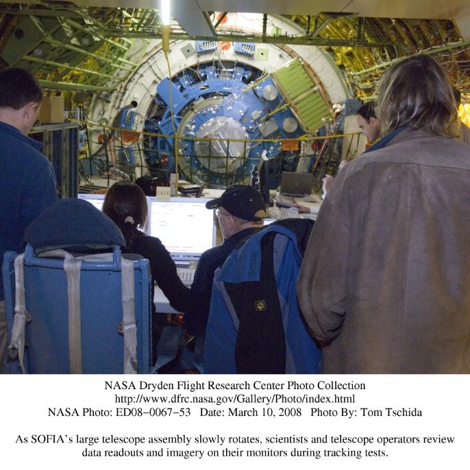 Marz 2008: Während SOFIAs großes Teleskopsystem sich langsam dreht, prüfen Wissenschaftler und Teleskoptechniker die übertragenen Daten und Bilder auf ihren Monitoren