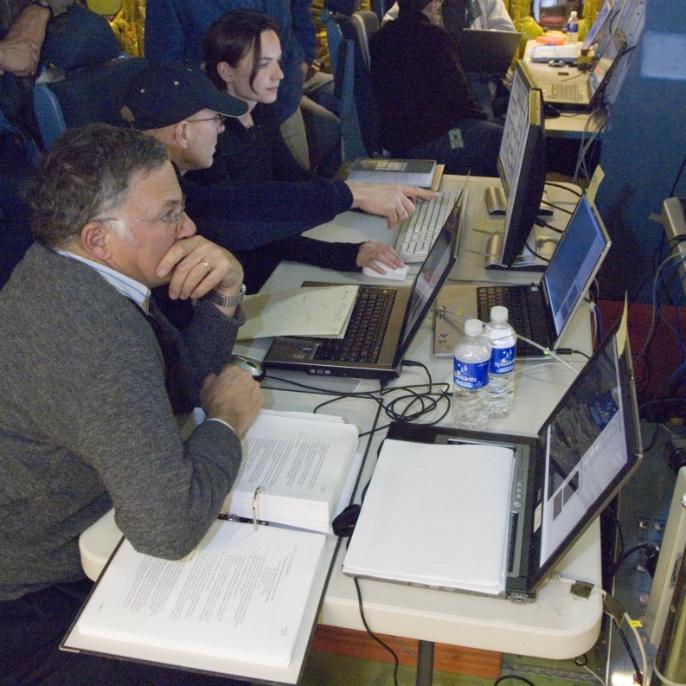 Marz 2008: Wissenschaftler und Teleskoptechniker werten im SOFIA-Observatorium Daten aus