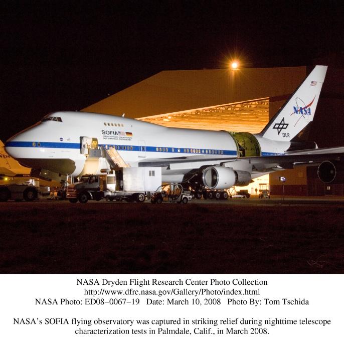 Marz 2008: Das SOFIA-Flugzeug im markanten Relief während der nächtlichen Teleskop-Betriebstests in Palmdale (Kalifornien)