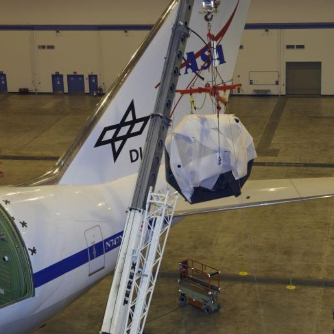 April 2008: Der Spiegel wird aus dem SOFIA Teleskop gehoben