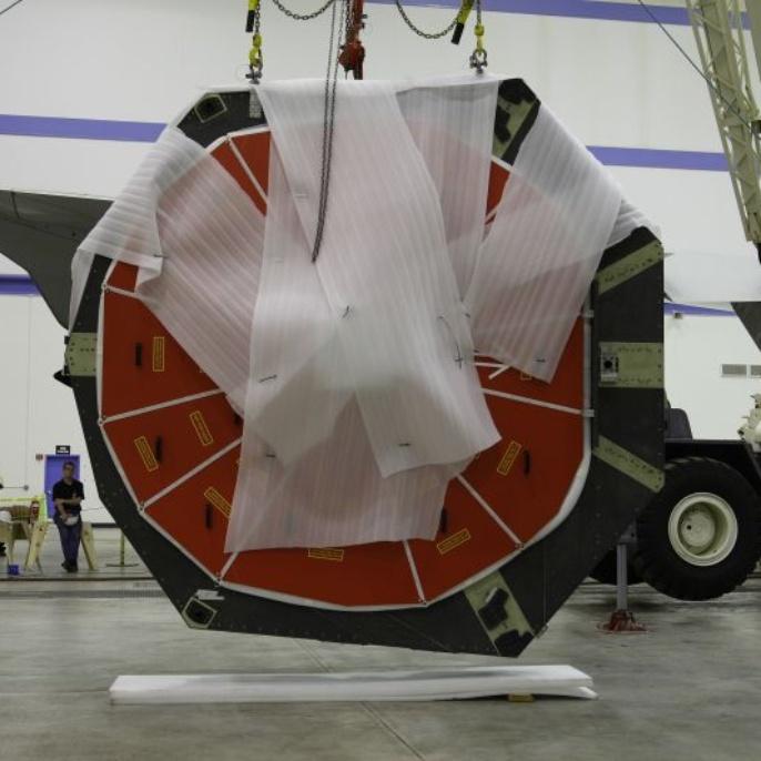 April 2008: Die Haltevorrichtungen am Teleskoprahmen müssen für die Befestigung am Transportgestell präpariert werden