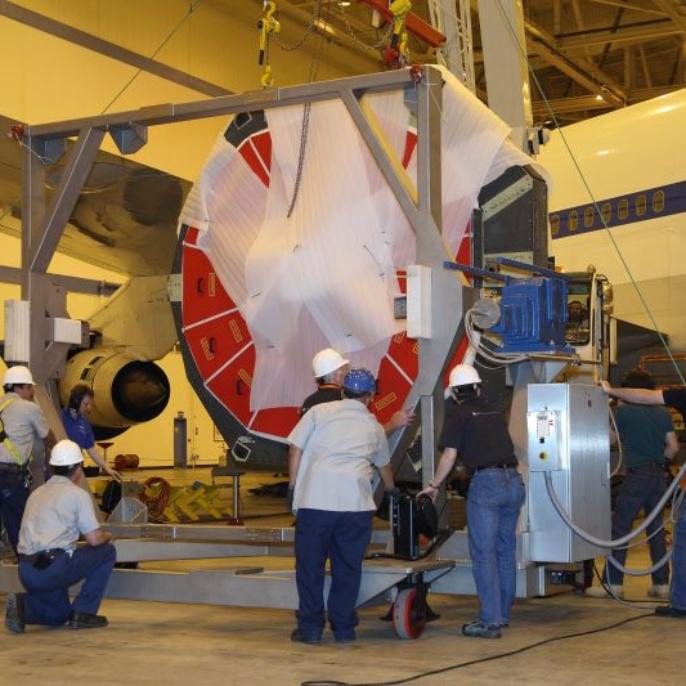 April 2008: Der Spiegel wird in dem Transportgestell befestigt