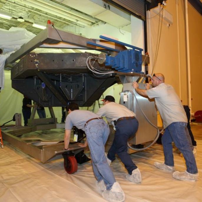 April 2008: Der Spiegel wird in den provisorischen Reinraum geschoben