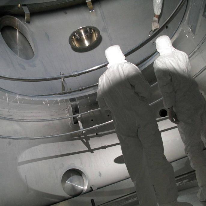 Juni 2008 - Hauptspiegel wird beschichtet: Das SOFIA-Spiegel- beschichtungsteam im Reinraum außerhalb der Kammer