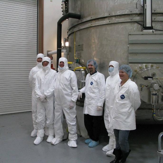 Juni 2008 - Hauptspiegel wird beschichtet: Das Aluminium wird von den glühenden Wolfram-Drähten verdampft