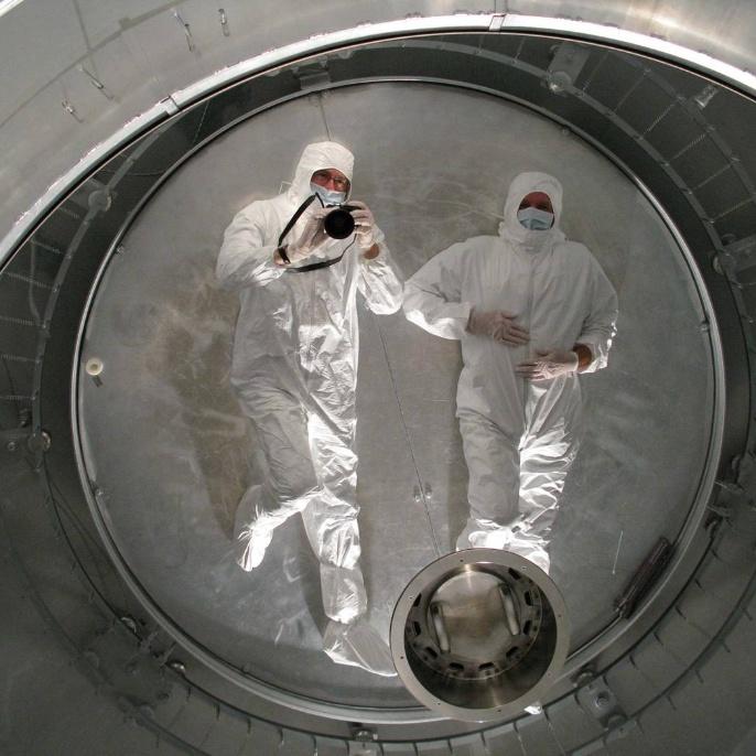 Juni 2008 - Hauptspiegel wird beschichtet: Der unbeschichtete Spiegel in der Kammer