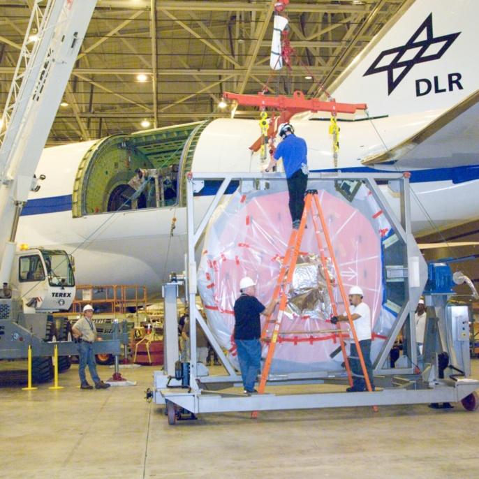 Oktober 2008 - Hauptspiegel wieder eingebaut: Ingenieure und Techniker bereiten den Spiegel für den Wiedereinbau vor