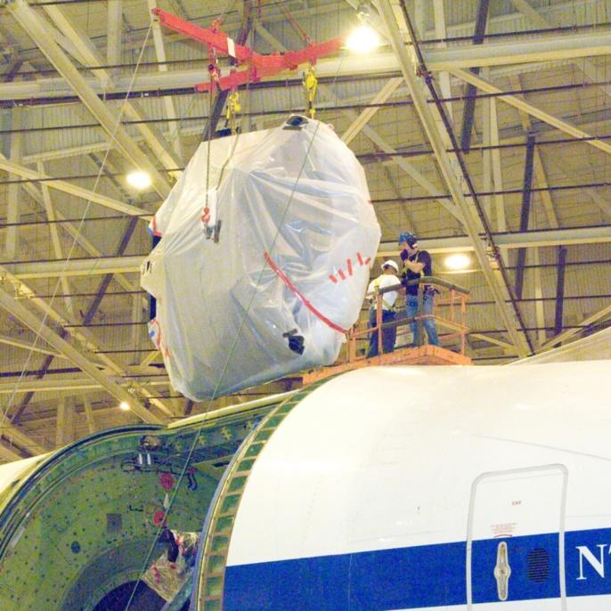Oktober 2008 - Hauptspiegel wieder eingebaut: SOFIAs Hauptspiegel schwebt über der Teleskopluke