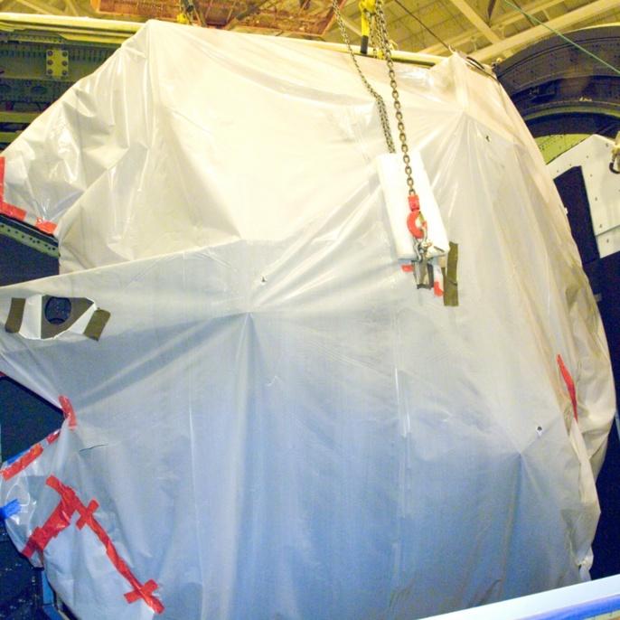 Oktober 2008 - Hauptspiegel wieder eingebaut: SOFIAs Hauptspiegel ist wieder in der Teleskopluke, bereit wieder befestigt zu werden