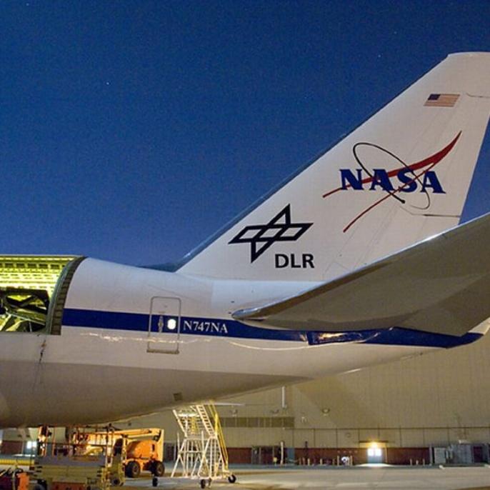 November 2008 - Teleskop erfolgreich am Boden getestet: SOFIA vor dem Hangar in Palmdale