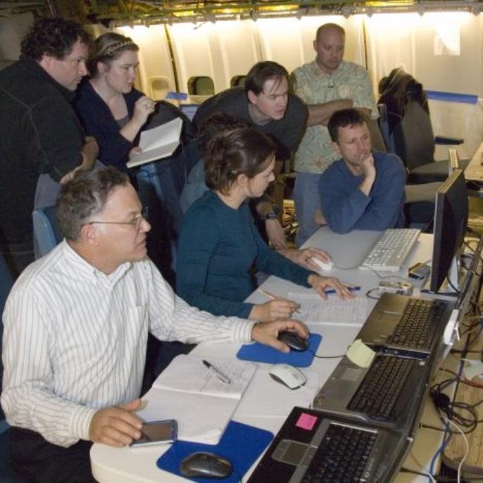November 2008 - Teleskop erfolgreich am Boden getestet: Alan Meyer, Franziska Harms, Andreas Reinacher und Torsten Levin (sitzend). Randy Grashuis, Sybil Adams, Holger Jakob und Bob Thomson (stehend)