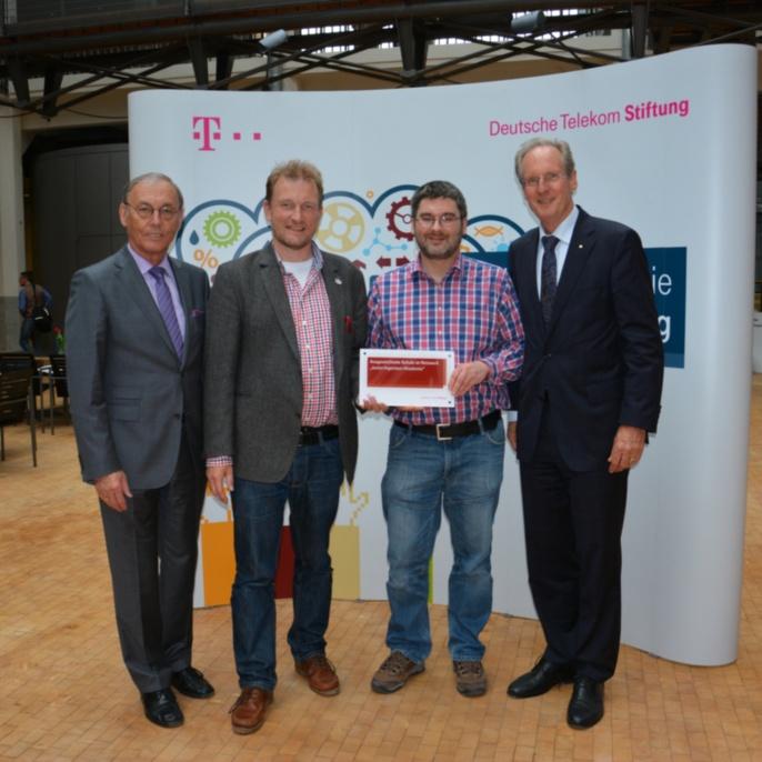 Sigmar Wittig (Vorstandsmitglied der Telekom Stiftung), Mathias Schäfer & Matthias Deters vom Hainberg Gymnasium in Göttingen, Wolfgang Schuster (Vorsitzender der Telekom Stiftung) (von links nach rechts)