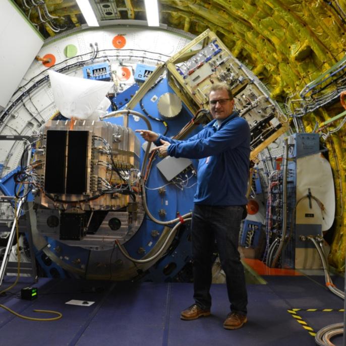 Mathias Schäfer vor dem SOFIA-Teleskop mit dem Instrument FIFI-LS