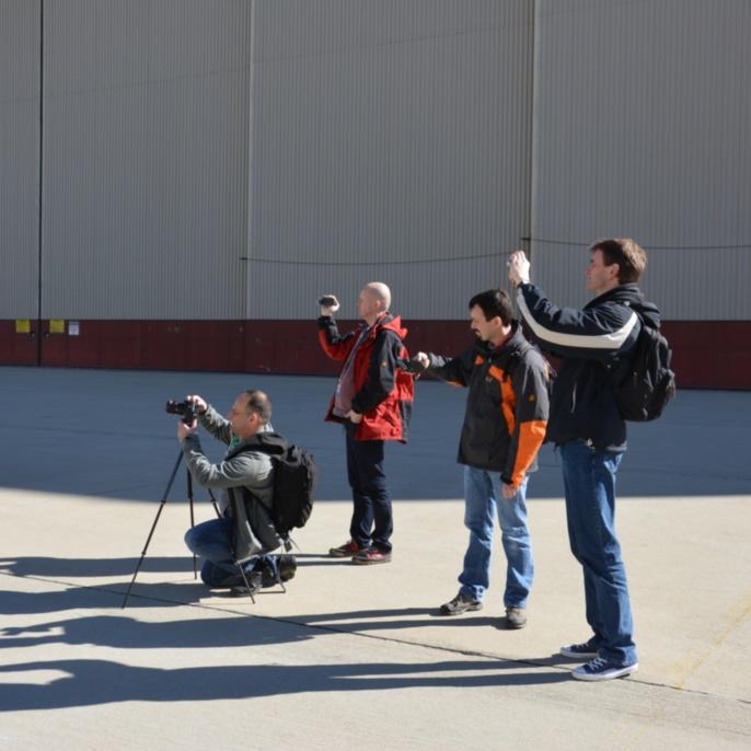 Lehrer fotografieren SOFIA während sie aus dem Hangar geschoben wird