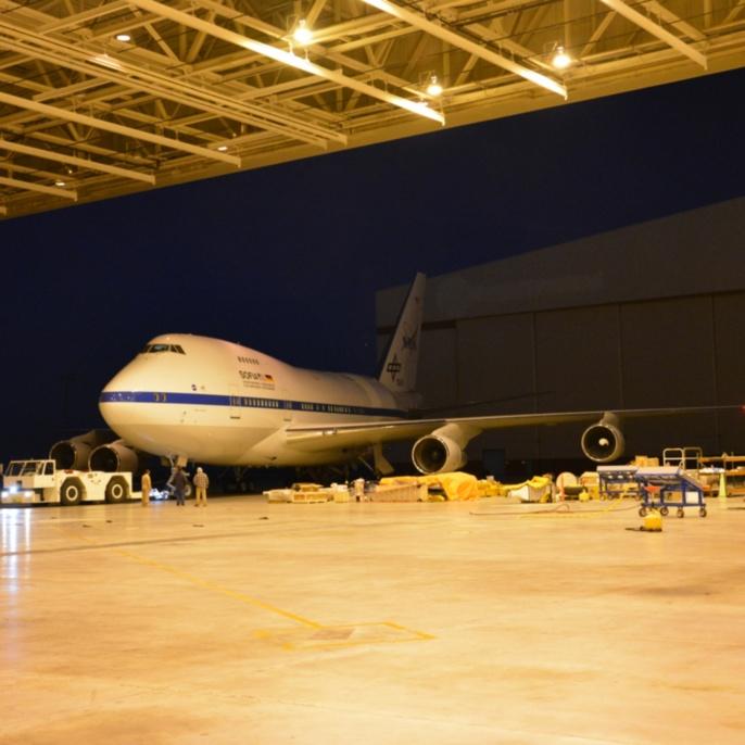 SOFIA wird in den Hangar gezogen