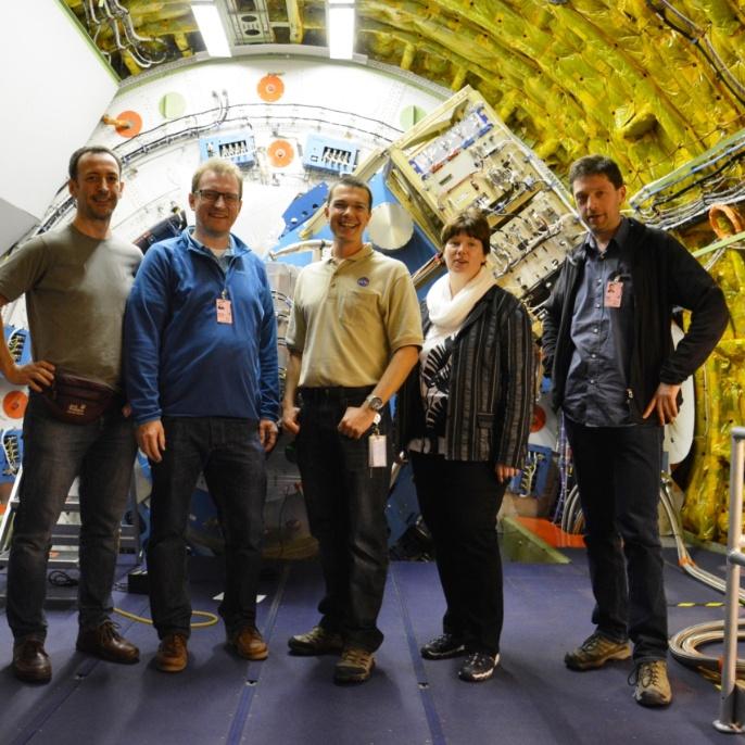 Die Lehrer vor dem SOFIA Teleskop; von Links: Frank Oßwald, Mathias Schäfer, Oliver Zeile (DSI), Gabriela Ulbrich, Mario Koch; copyright @ DSI