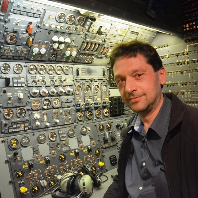 Mario Koch am Platz des Flugingenieurs; copyright @ DSI