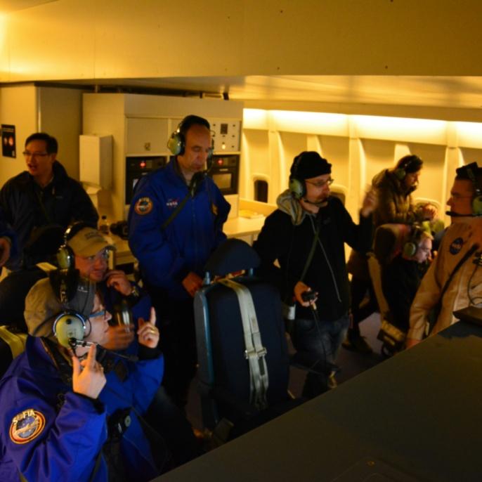 Oliver Zeile (Teleskop-Ingenieur) mit Lehrkräften während des 2. Mitflugs