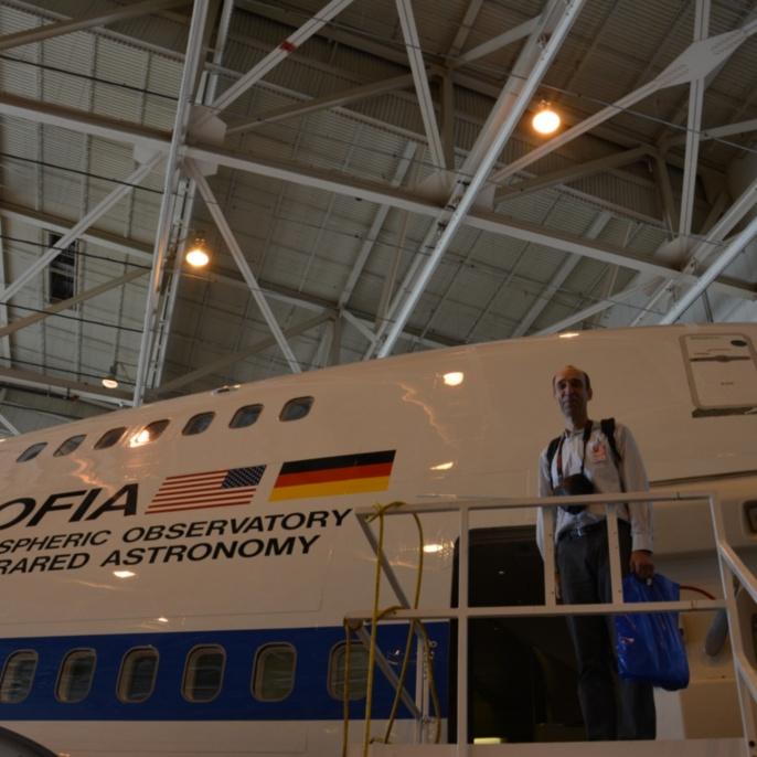 Robert Heydenreich vor SOFIA im Hangar des AFRC