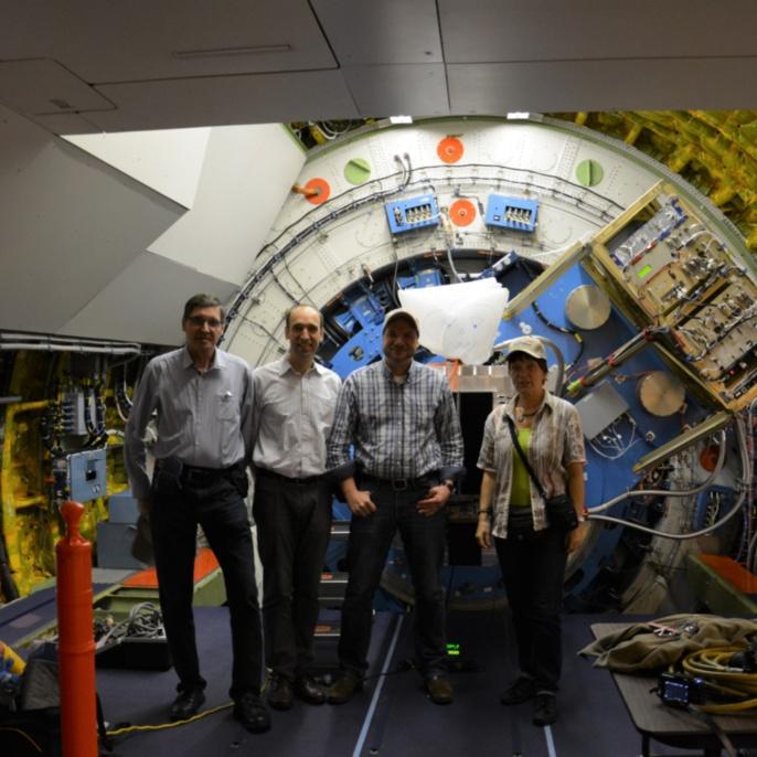 Martin Metzendorf, Robert Heydenreich, Oliver Baum und Ilka Schmitz-Lehrbach vor dem SOFIA-Teleskop