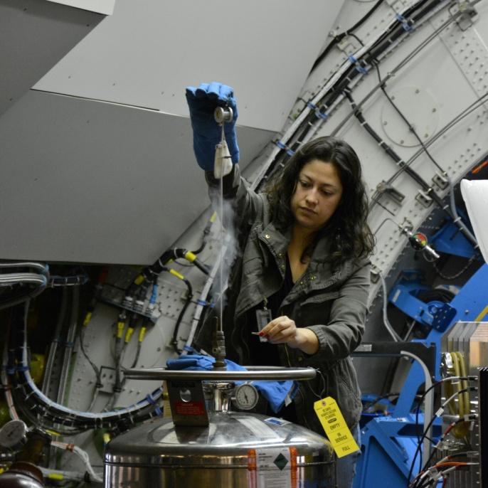 USRA-Mitarbeiterin füllt Kühlmittel nach