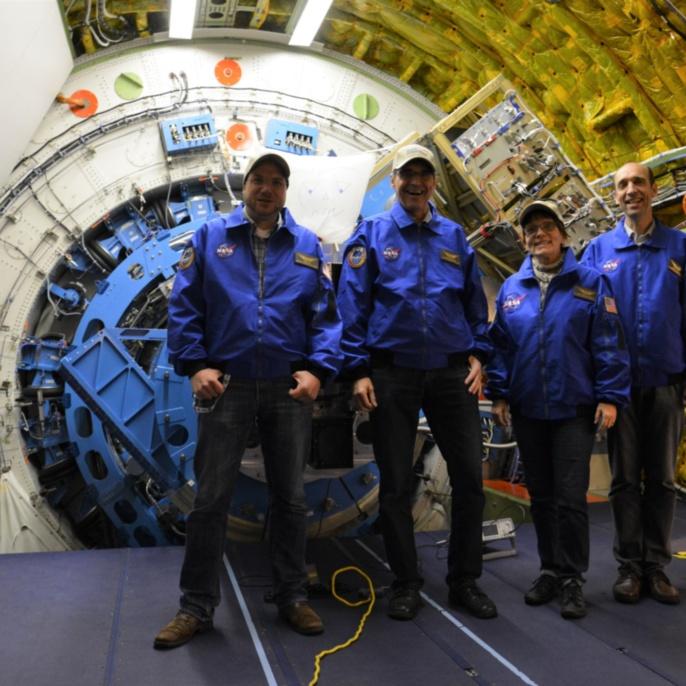 Oliver Baum, Martin Metzendorf, Ilka Schmitz-Lehrbach und Robert Heydenreich vor dem SOFIA-Teleskop