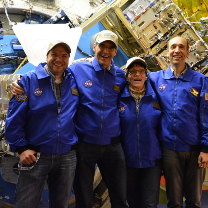 Oliver Baum, Martin Metzendorf, Ilka Schmitz-Lehrbach und Robert Heydenreich vor dem SOFIA-Teleskop_2