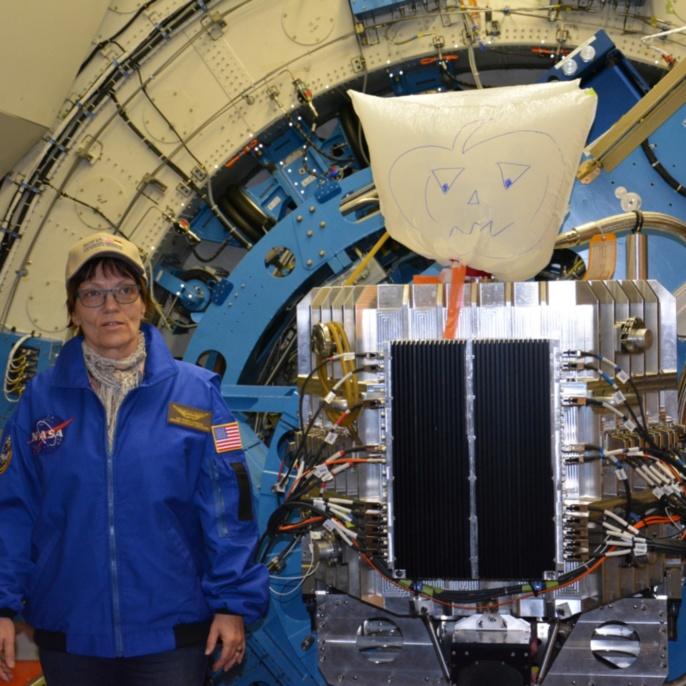 Ilka Schmitz-Lehrbach vor dem SOFIA-Teleskop