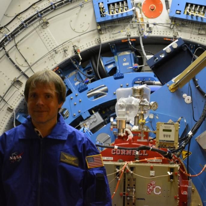 Bernd Rohwedder vor SOFIA-Teleskop