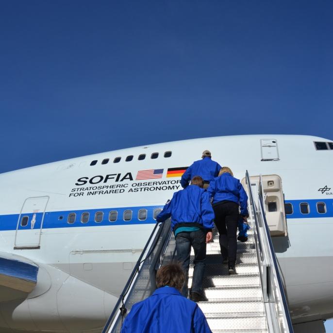 Lehrkräfte auf der Treppe zum SOFIA-Flugzeug