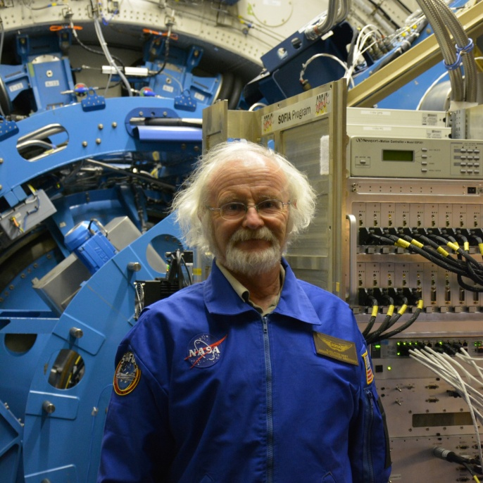 Klaus-Peter Haupt vor dem SOFIA Teleskop