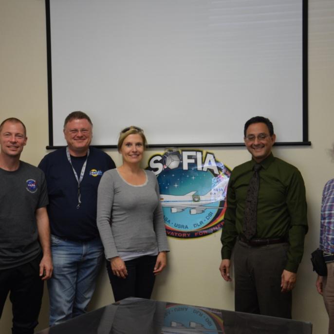 Lehrkräfte mit Eddie Zavala - SOFIA Program Manager