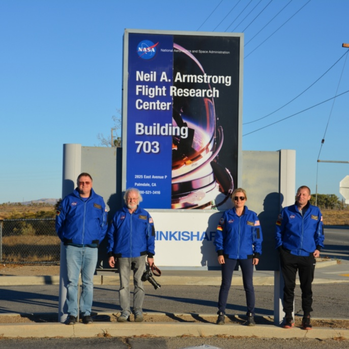 Lehrkräfte vor der Einfahrt zum Armstrong Flight Research Center