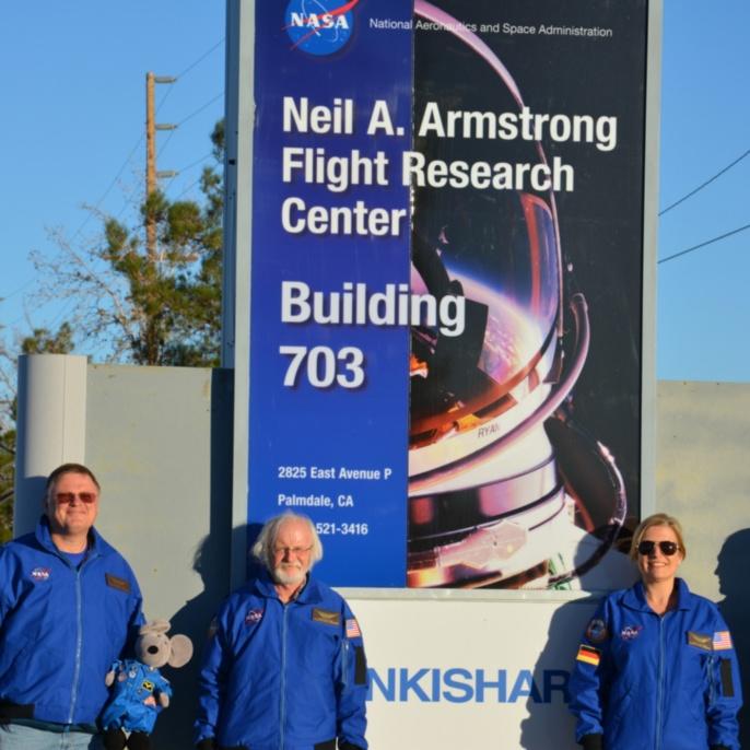 Wolfgang Claas, Klaus-Peter Haupt, Manuela von Werder und Thomas Ulrich vor der Einfahrt des Armstrong Flight Research Center