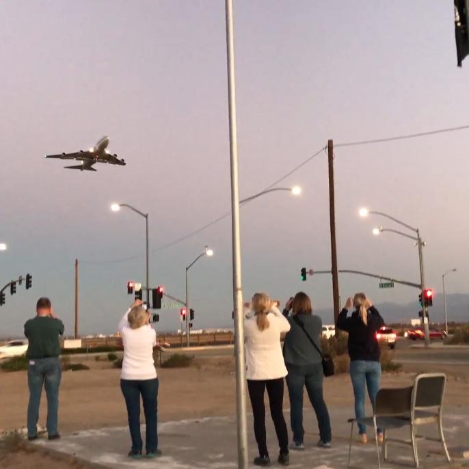 Lehrer*innen und Planespotter beobachten Start von SOFIA