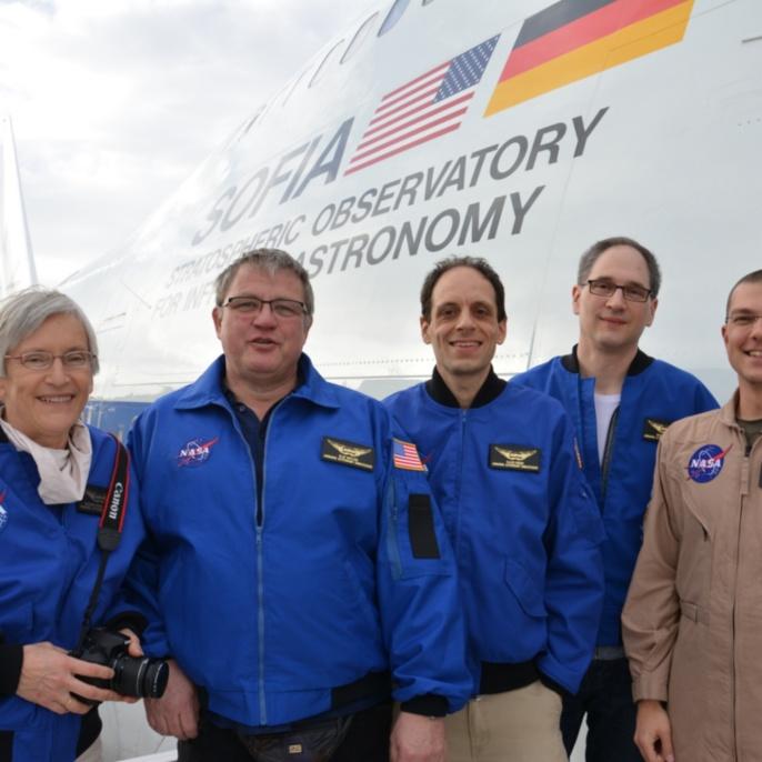 Lehrkräfte mit Oliver Zeile (Teleskopingenieur) vor dem zweiten Flug