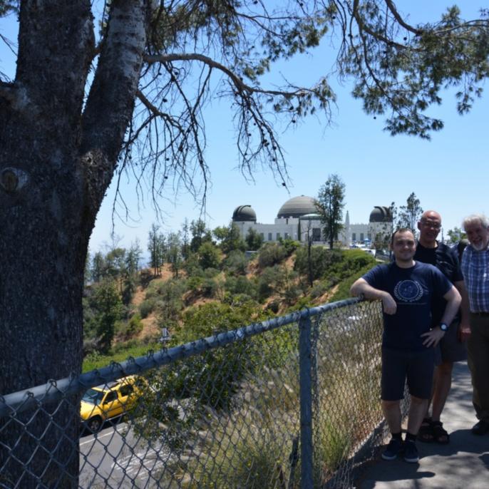 Gruppe vor dem Griffith Observatory - hinten die Wolkenkratzer von Los Angeles