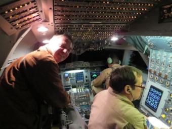Mathias Steinmetz schaut den Piloten im Cockpit über die Schulter