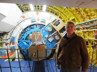 Mathias Steinmetz vor dem SOFIA Teleskop mit dem montierten EXES Instrument