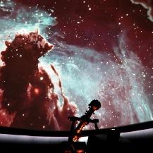 Flug durch ein Sternentstehungsgebiet im Adlernebel während der Planetariumsshow. Michael Bischof