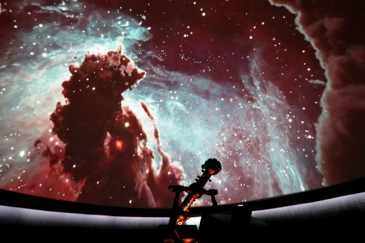 Flug durch ein Sternentstehungsgebiet im Adlernebel während der Planetariumsshow.
