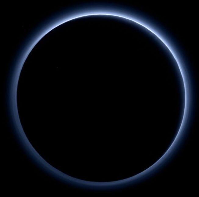 Farbbild der Plutoatmosphäre aufgenommen mit der Raumsonde New Horizons