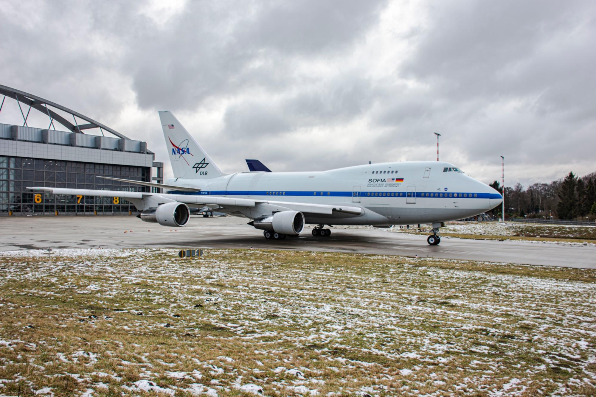 Nach abgeschlossener Wartung verlässt SOFIA das Lufthansa Technik Gelände in Hamburg