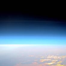 Nachtleuchtende Wolken, die sich in der Mesosphäre bilden, beobachtet von der Internationalen Raumstation am 29. Mai 2016. Diese Wolken entstehen zwischen 76 und 85 Kilometern über der Erdoberfläche, nahe der Grenze zwischen Mesosphäre und Thermosphäre, und helfen, diesen wenig verstandenen Teil der oberen Atmosphäre zu visualisieren Nachtleuchtende Wolken, die sich in der Mesosphäre bilden, beobachtet von der Internationalen Raumstation am 29. Mai 2016. Diese Wolken entstehen zwischen 76 und 85 Kilometern über der Erdoberfläche, nahe der Grenze zwischen Mesosphäre und Thermosphäre, und helfen, diesen wenig verstandenen Teil der oberen Atmosphäre zu visualisieren